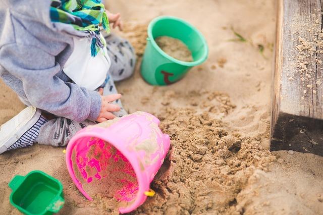 pískoviště a dítě