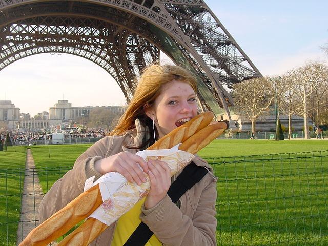 dívka s bagetami