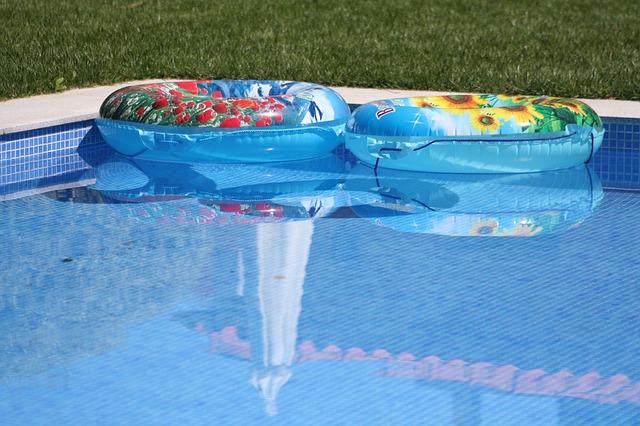 kruhy v bazénu